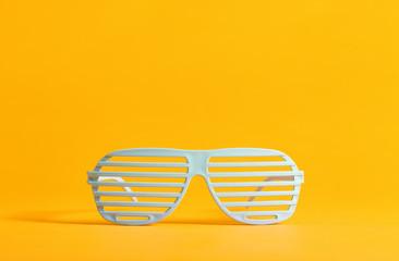 Hvide retro partybriller
