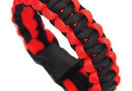 rød og sort paracordarmbånd.