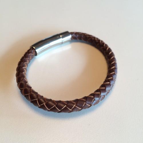 Roma – Brunt læderarmbånd med metallås.