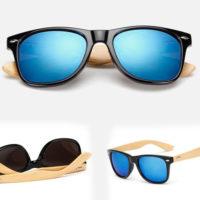 Wayfarer solbrille med bambusstænger og blå spejlglas.