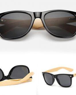 Wayfarer solbrille med bambusstænger og sort glas.