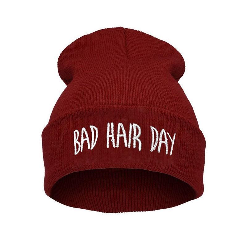 """Lækker vinrød hue med print. """"Bad hairday"""""""