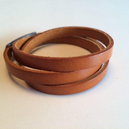 Klio – Brunt læder armbånd.