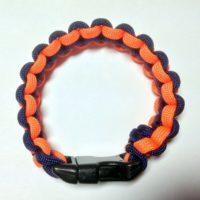 Orange og blå armbånd.