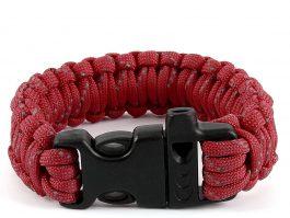 Rødt armbånd med grå nister.