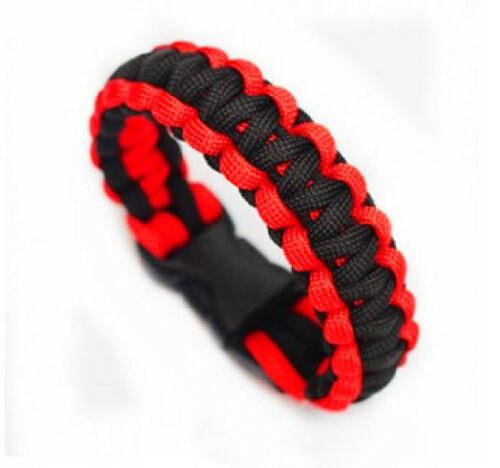 Rød og sort armbånd.