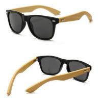 Wayfarer matsort solbrille med bambusstænger og sort spejlglas.