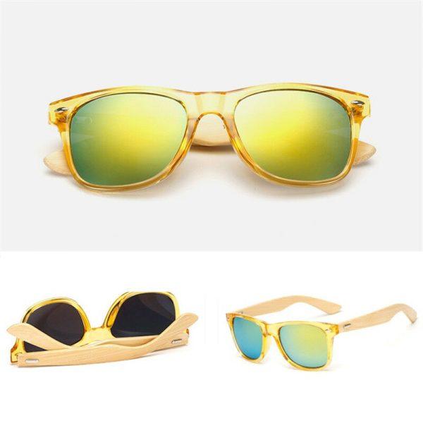 Wayfarer solbrille med bambusstænger og grønt spejlglas.