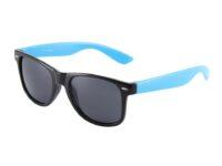 Sort Wayfarer brille med blå stænger.