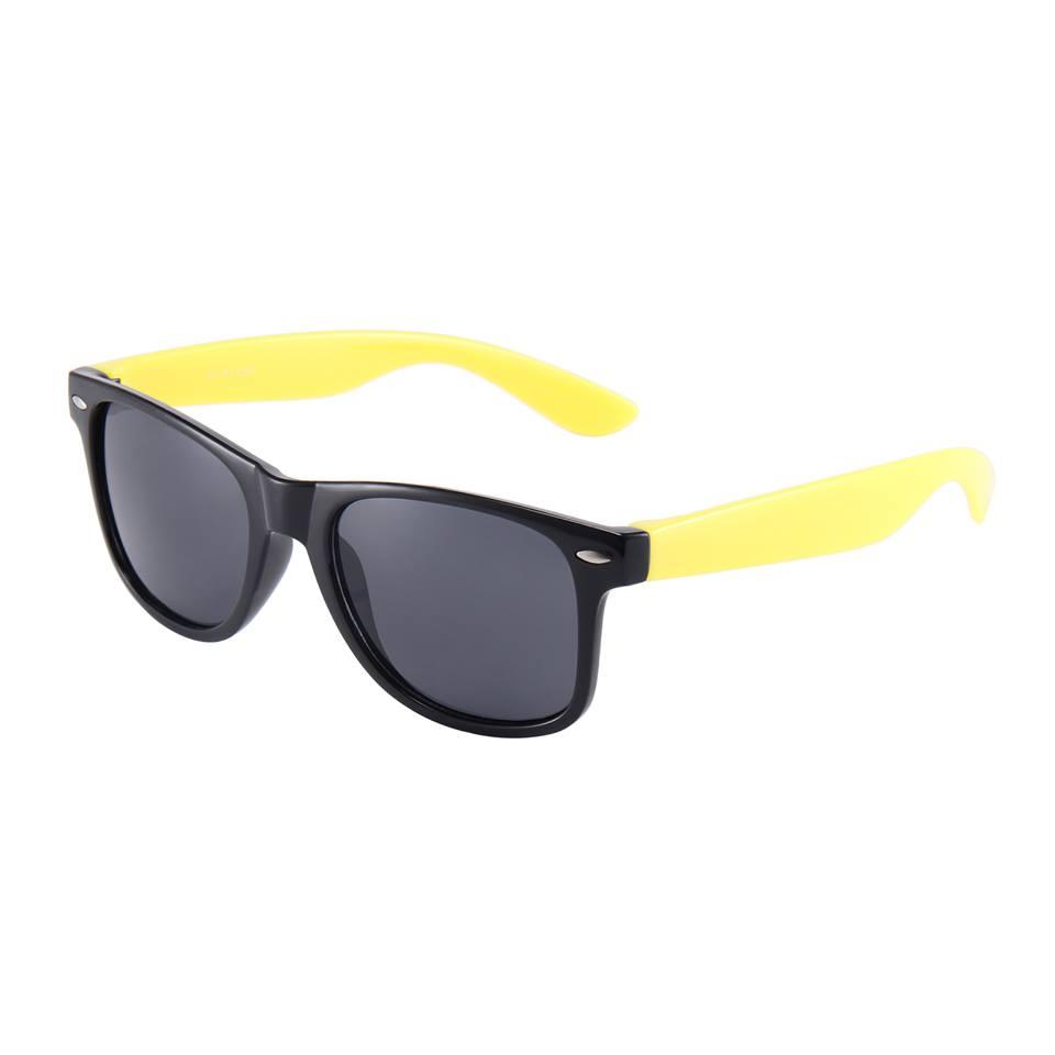 Sort Wayfarer brille med gule stænger.